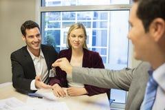 Agent nieruchomości daje kluczom nowy majątkowy owne Zdjęcie Stock