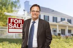 Agent Nieruchomości Dla przed sprzedaż znakiem, dom Zdjęcia Royalty Free