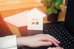 Agent nieruchomości, domu model, sprzedaż rozkład sprzedaży mieszkania dla czynszu Wybrana ostrość hipoteka kupić do domu podpisy Zdjęcia Stock