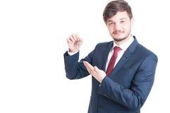 Agent nieruchomości jest ubranym kostium pokazuje wpisywać Obrazy Royalty Free