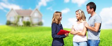 Agent Nieruchomości kobieta z klientami zbliża nowego dom Obraz Stock
