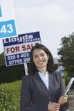 Agent Nieruchomości Obok Dla sprzedaż znaka Outside domu Zdjęcia Royalty Free