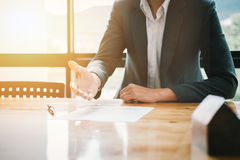 Agent nieruchomości oferty ręka dla klienta znaka aggrement contrac Zdjęcia Stock