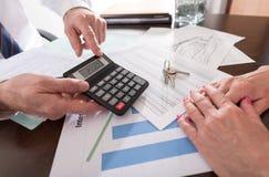 Agent nieruchomości pokazuje cenę zakupu jego klient Obrazy Stock