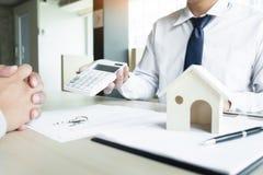 Agent nieruchomości pokazuje cenę zakupu na kalkulatorze Obraz Royalty Free