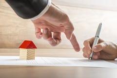 Agent nieruchomości pokazuje jego klientowi gdzie podpisywać kontrakt Zdjęcie Royalty Free