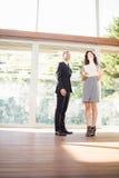 Agent nieruchomości pokazuje młodej kobiecie nowego dom Obraz Royalty Free