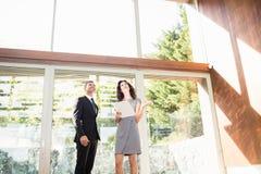 Agent nieruchomości pokazuje młodej kobiecie nowego dom Zdjęcie Royalty Free