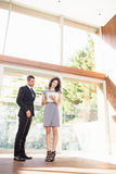 Agent nieruchomości pokazuje młodej kobiecie nowego dom Obrazy Royalty Free