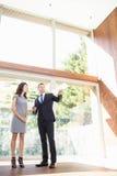 Agent nieruchomości pokazuje młodej kobiecie nowego dom Zdjęcie Stock