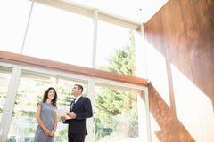 Agent nieruchomości pokazuje młodej kobiecie nowego dom Fotografia Royalty Free