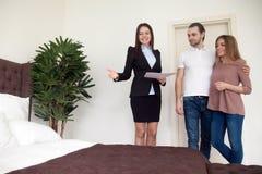 Agent nieruchomości pokazuje mieszkanie sypialnię młodzi dzierźawcy, bu Zdjęcie Stock