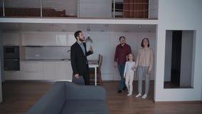 Agent nieruchomości pokazuje nowego dom szczęśliwa rodzina trzy peo zbiory