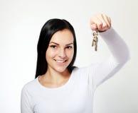 Agent nieruchomości pokazywać klucze Zdjęcia Royalty Free