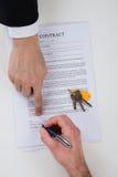 Agent Nieruchomości Pomaga klienta Podpisywać kontrakta papier Fotografia Royalty Free