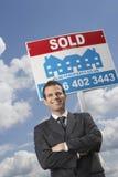 Agent Nieruchomości Przed Sprzedającym Szyldowym I Chmurnym niebem Obraz Royalty Free