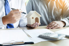 Agent nieruchomości przedstawiać x28 & własność; house& x29; klient Obrazy Stock