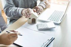 Agent nieruchomości przedstawiać x28 & własność; house& x29; klient Zdjęcie Royalty Free