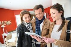 Agent nieruchomości przedstawia dom używać pastylkę klienci Zdjęcie Royalty Free