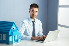 Agent nieruchomości przy pracą Zdjęcie Stock