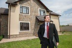 Agent nieruchomości przygotowywający sprzedawać dom Obrazy Royalty Free