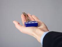 Agent nieruchomości ręka trzyma klucz Zdjęcia Royalty Free