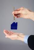 Agent nieruchomości ręki trzyma klucz Zdjęcie Royalty Free