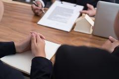agent nieruchomości spotkania z klientem sprzedaż & zakup Obraz Stock