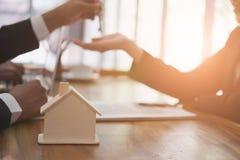 agent nieruchomości spotkania z klientem sprzedaż & zakup Fotografia Stock