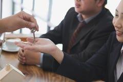 agent nieruchomości spotkania z klientem sprzedaż & zakup Zdjęcia Stock