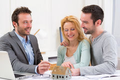 Agent nieruchomości teraźniejszości projekt na miniatura domu potomstwa Obraz Royalty Free