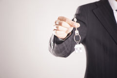 Agent nieruchomości wręcza nad domowymi kluczami Zdjęcie Royalty Free