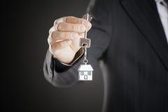 Agent nieruchomości wręcza nad domowymi kluczami Zdjęcia Stock