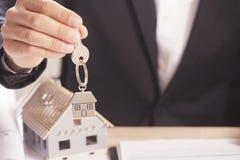 Agent nieruchomości wręcza nad domowymi kluczami Zdjęcie Stock
