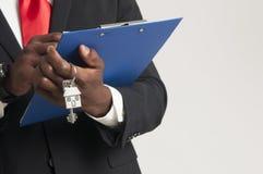 Agent nieruchomości wręcza nad domowymi kluczami Zdjęcia Royalty Free