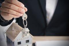 Agent nieruchomości wręcza nad domowymi kluczami Obraz Royalty Free