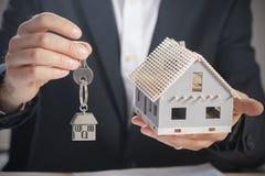 Agent nieruchomości wręcza nad domowymi kluczami Fotografia Stock