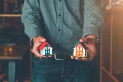 Agent nieruchomości wręcza nad domu modelem, Domowego sprzedawania pojęcie fotografia royalty free