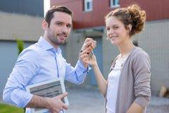 Agent nieruchomości wręcza nad kluczami Fotografia Royalty Free