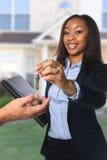 Agent nieruchomości wręcza nad kluczami Obraz Stock