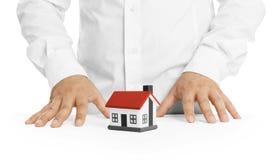 Agent nieruchomości z domu modelem obraz stock