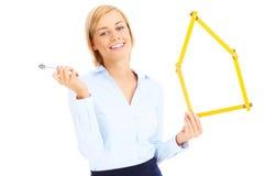 Agent nieruchomości z kluczami i miarą Fotografia Royalty Free