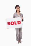 Agent nieruchomości z sprzedającym znakiem Zdjęcia Stock