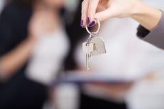 Agent nieruchomości daje domów kluczom klient Obraz Stock