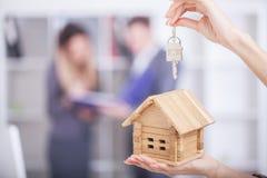 Agent nieruchomości daje domów kluczom klient Zdjęcia Stock
