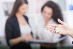 Agent nieruchomości daje domów kluczom klient Fotografia Royalty Free
