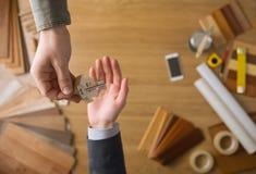 Agent nieruchomości daje domowym kluczom Fotografia Royalty Free