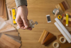 Agent nieruchomości daje domowym kluczom Obraz Royalty Free