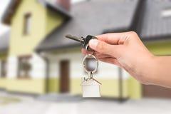 Agent nieruchomości daje domu kluczowi Obraz Royalty Free