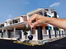 Agent nieruchomości daje domu kluczowi Fotografia Royalty Free